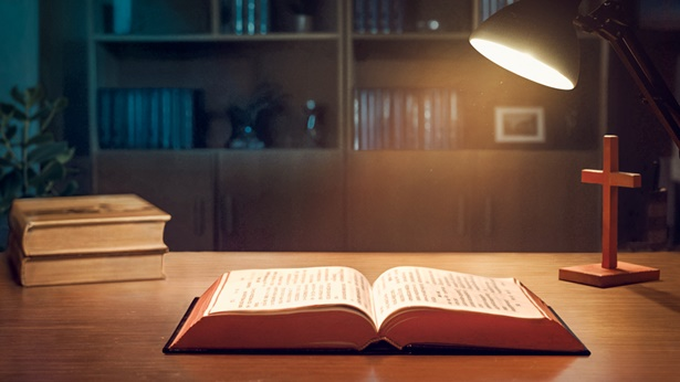 6. Πώς ακριβώς πρέπει κάποιος να αντιμετωπίσει και να χρησιμοποιήσει τη Βίβλο, κατά τρόπο που να συμμορφώνεται με το θέλημα του Θεού; Ποια είναι η πρωταρχική αξία της Βίβλου;