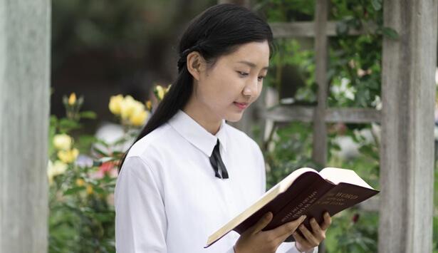 Μια χριστιανή διαβάζει το βιβλίο.